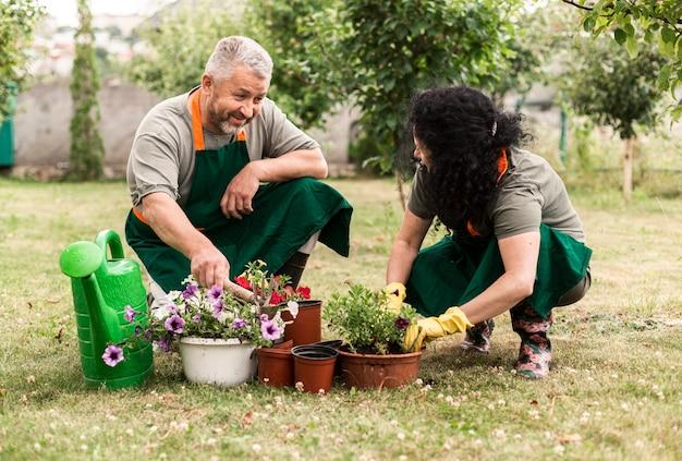 花を気遣う年配のカップル 無料写真