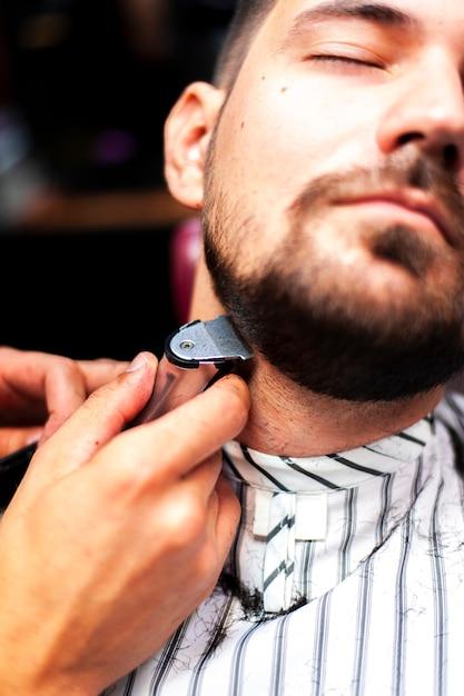 彼のひげを整える男 無料写真