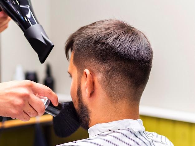 Парикмахер с сушилкой и кисточкой для бритья Бесплатные Фотографии