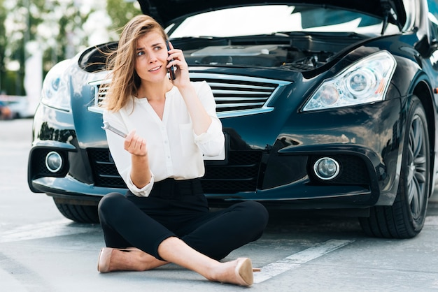 電話で話している女性の正面図 無料写真