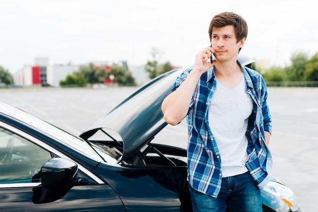電話で話している男性のミディアムショット 無料写真