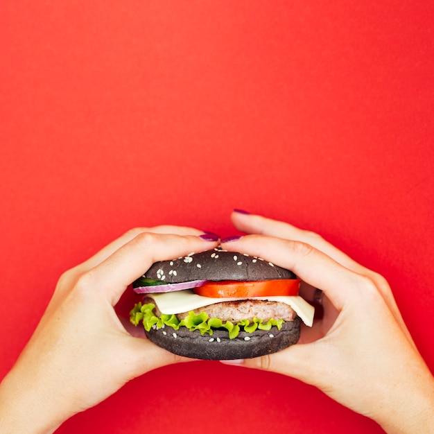 レタスとハンバーガーを保持手 無料写真