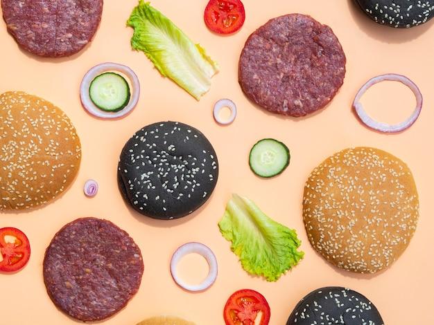 ハンバーガーの成分のトップビューの混合物 無料写真