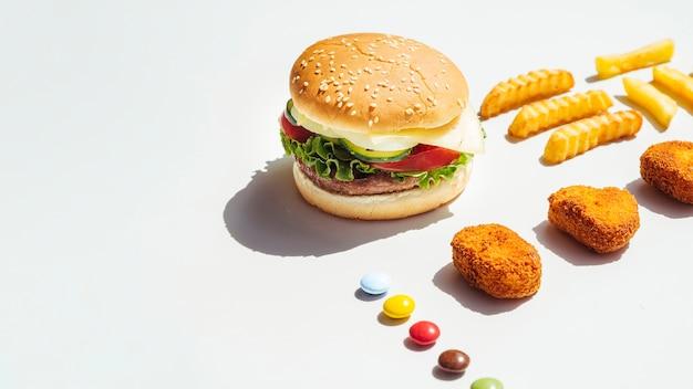 Гамбургер и куриные наггетсы с копией пространства Бесплатные Фотографии