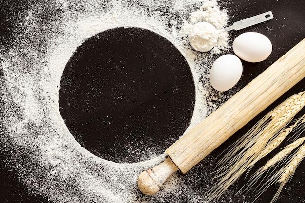 黒いコピースペースの背景を持つ小麦粉パドル 無料写真