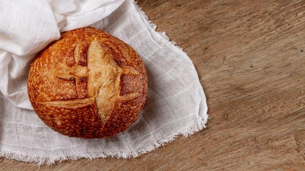 フラットは木製の背景においしいパンを置く 無料写真