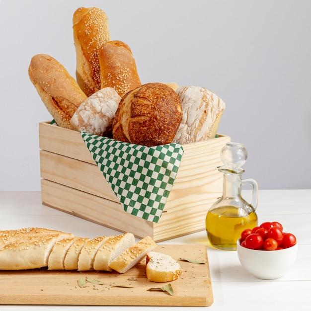 トマトとおいしい焼きたてパンの配置 無料写真