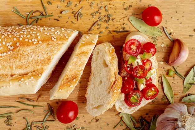 Ломтики белого хлеба с помидорами Бесплатные Фотографии