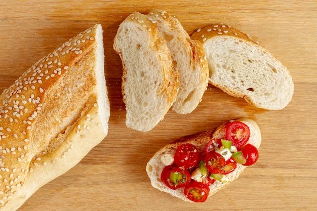 カットトマトとパンのスライス 無料写真