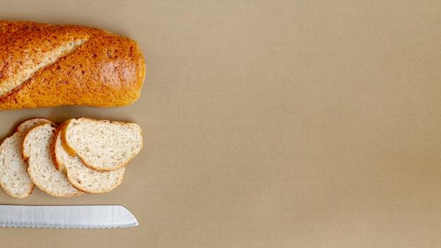 パンとナイフのトップビューのスライス 無料写真