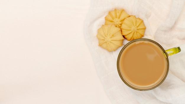 クッキーとコーヒーのマグカップ 無料写真