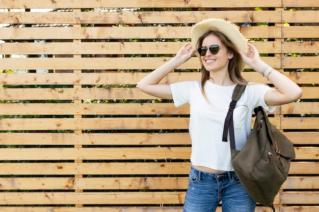 木製の背景を持つ幸せな旅行者 無料写真