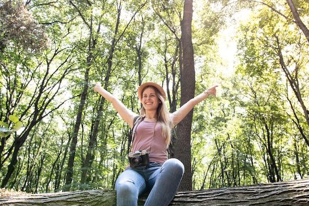 森の中で幸せな女 無料写真