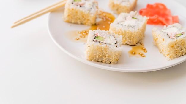 皿にゴマと寿司 無料写真