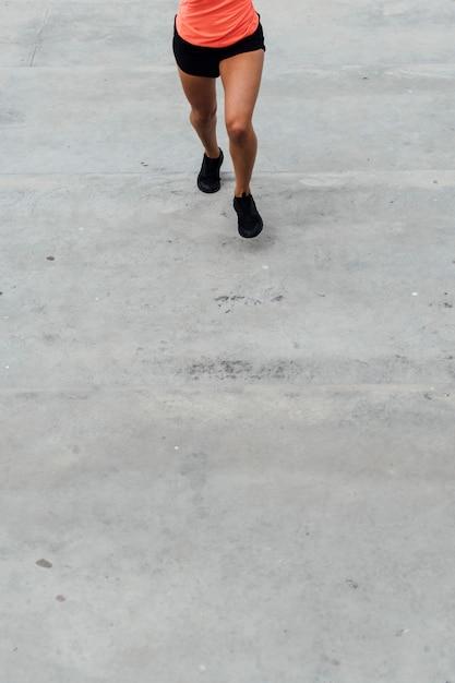 コピースペースで走っている女性の正面図 無料写真