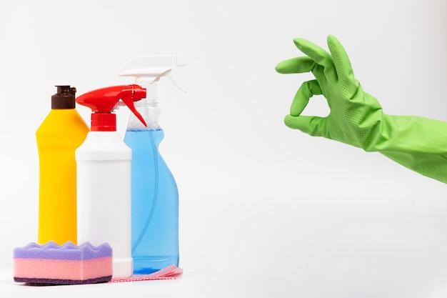 緑の手袋とクリーニング製品を持つクローズアップ人 無料写真