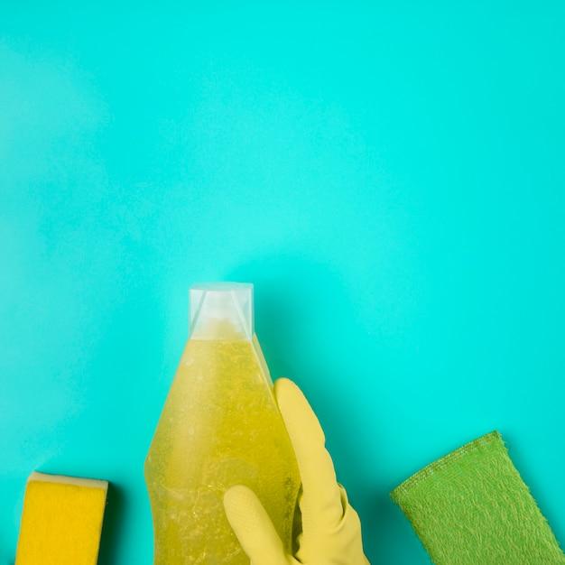 洗剤とスポンジでクローズアップの黄色い手袋 無料写真