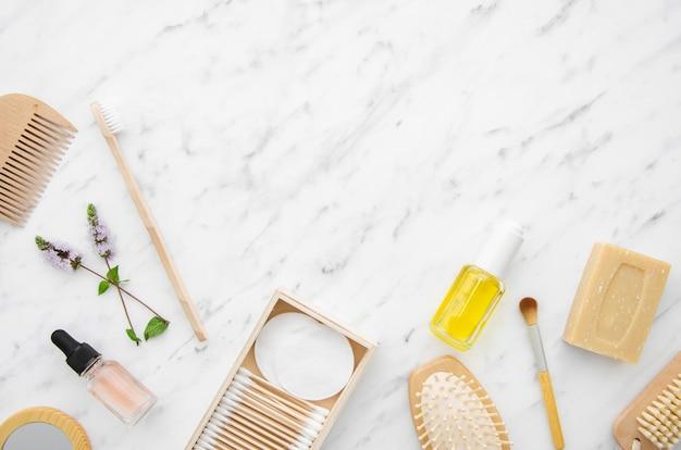 化粧品とコピースペースを持つフラットレイアウトフレーム 無料写真
