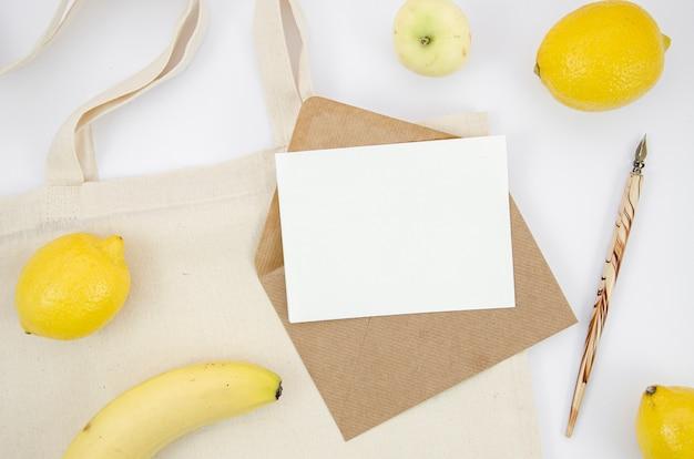 果物とライティングアイテムのトップビューの配置 無料写真