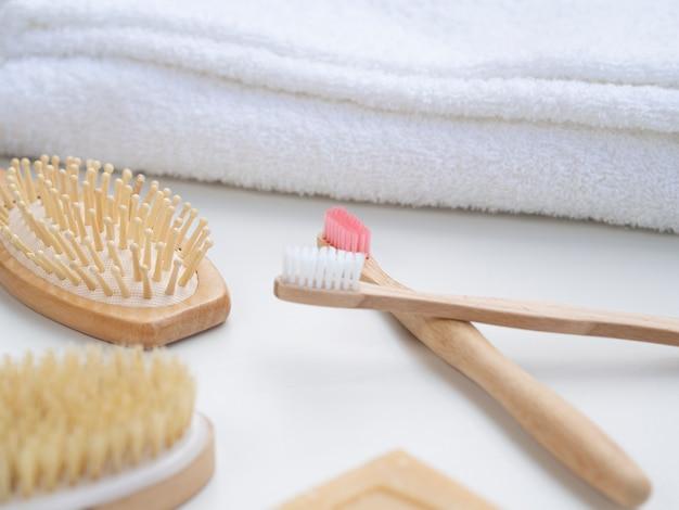歯ブラシとタオルによる高角度配置 無料写真