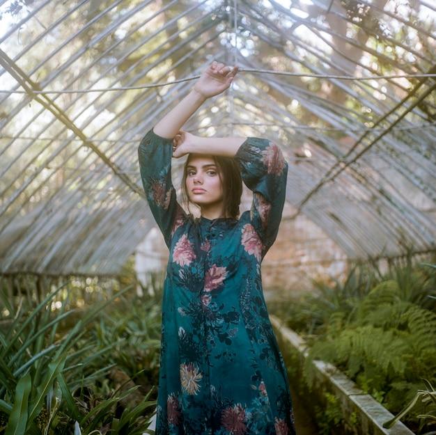 女性が緑の家でポーズ 無料写真