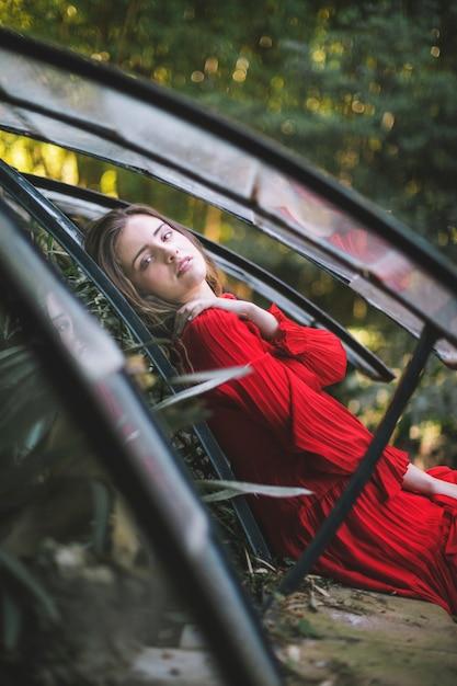 カメラ目線の緑の家の女性 無料写真