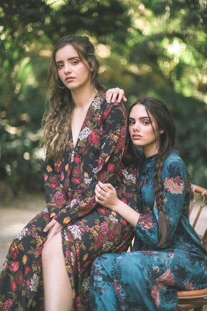 自然に囲まれた花柄のドレスを着た女性 無料写真