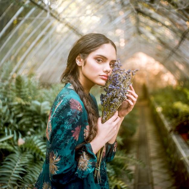 ラベンダーの花を保持している横向きの女性 無料写真