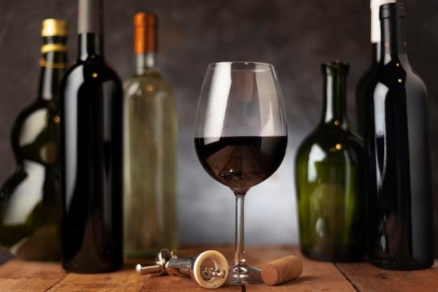 背後にワインのボトルの配置とガラス 無料写真