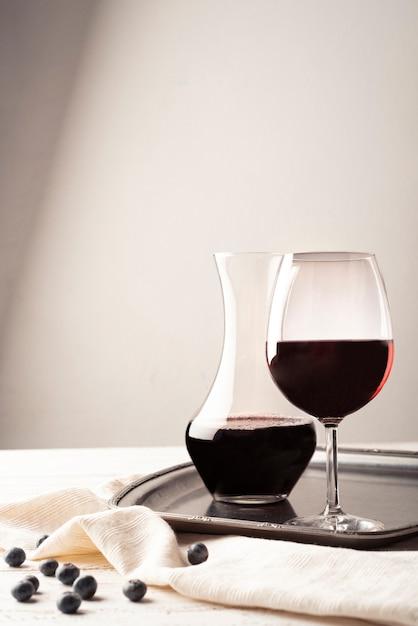 Стакан красного вина с графином на подносе Бесплатные Фотографии
