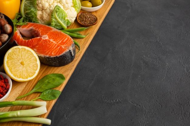 Здоровая пища на грифельной доске с копией пространства Бесплатные Фотографии