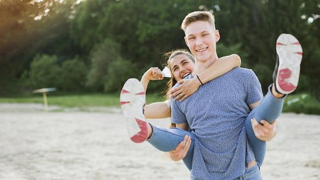 自然の中で楽しんでミディアムショットスマイリーカップル 無料写真