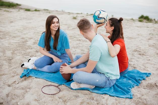 ビーチで友人のフルショットグループ 無料写真