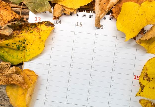 黄金の葉の配置とフラットレイアウトカレンダー 無料写真