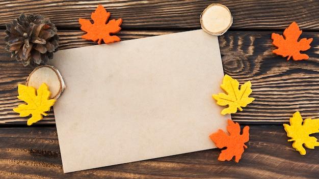 木製の背景の葉を持つトップビューカード 無料写真