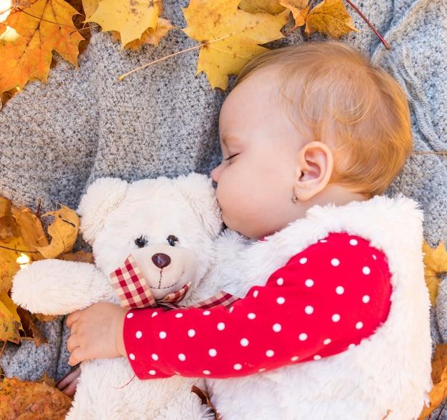 Средний снимок милая девочка спит с игрушкой Бесплатные Фотографии