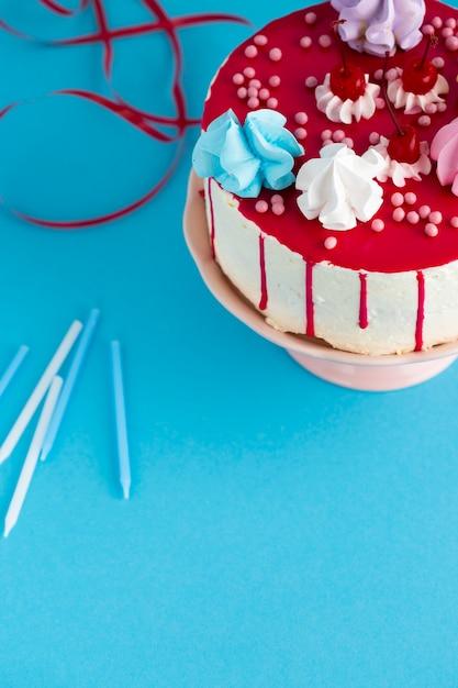 チェリーとケーキのトップビュー 無料写真