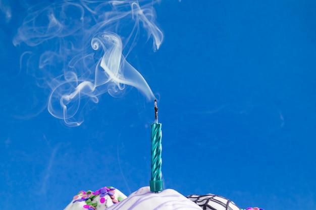 吹き消されたろうそくから煙が立ち上がる 無料写真