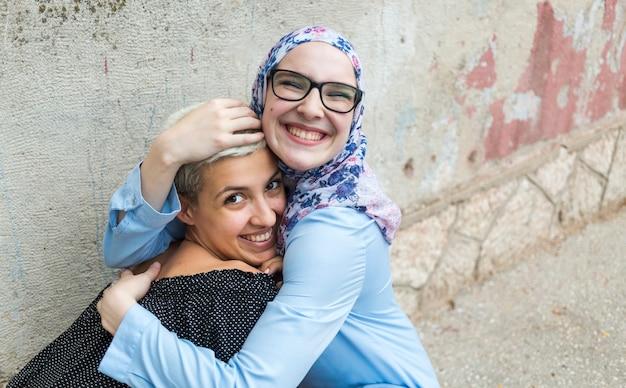 Милые женщины обнимаются Бесплатные Фотографии