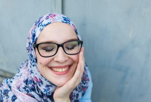 メガネを掛けて素敵な女性の正面図 無料写真