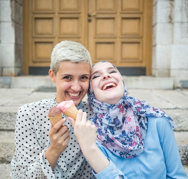 アイスクリームを食べて友達に笑顔 無料写真