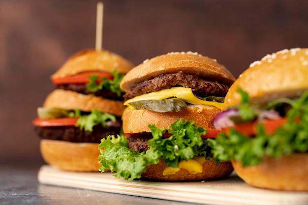 Крупным планом гамбургеры на разделочной доске Бесплатные Фотографии