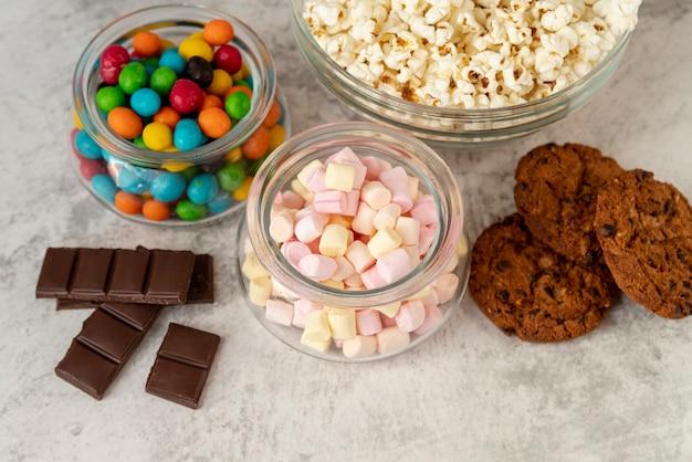 テーブルの上のクローズアップお菓子の並べ替え 無料写真