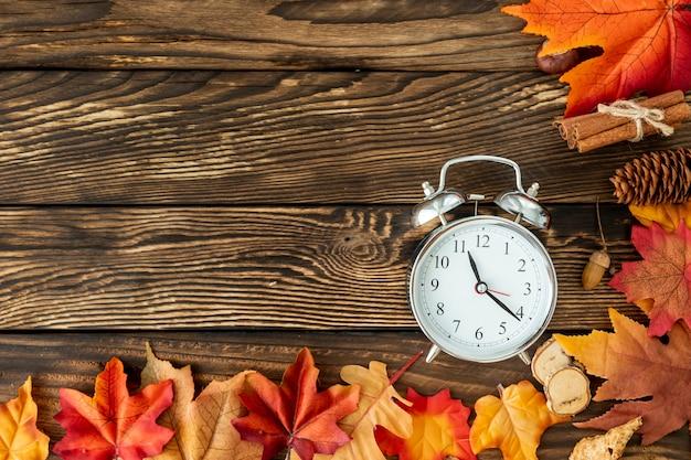 クロックとカラフルな葉のフレーム 無料写真