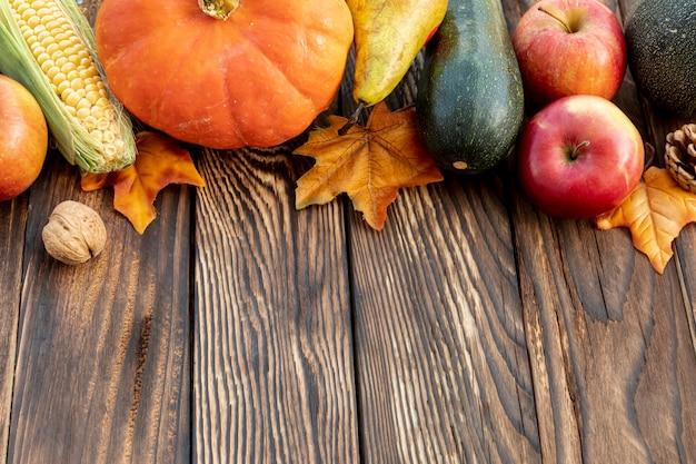 木製テーブルの上の秋のフレーム 無料写真