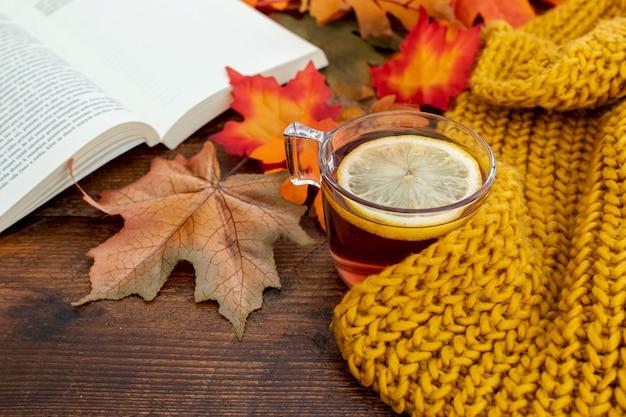 木製テーブルの上の高角度秋シーズンアレンジ 無料写真