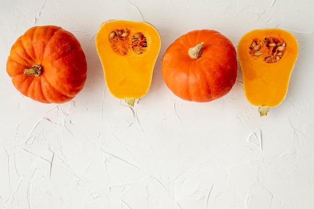 白い背景の上のオレンジ色のカボチャ 無料写真