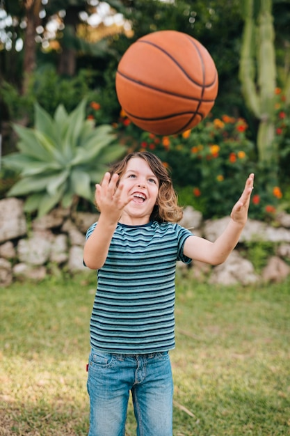 遊んでいる子供の正面図 無料写真