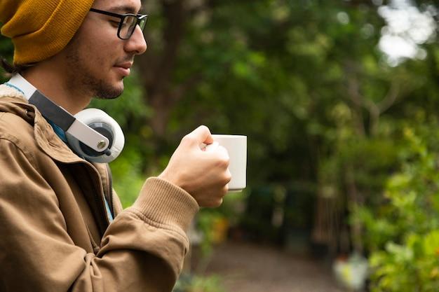 コーヒーを飲む人の側面図 無料写真