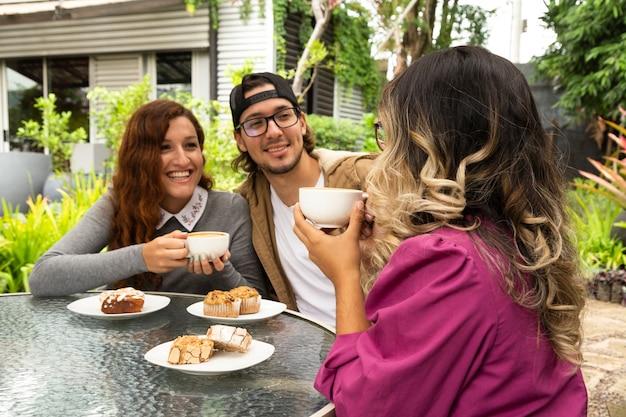 Средний снимок друзей вместе пьют кофе Бесплатные Фотографии
